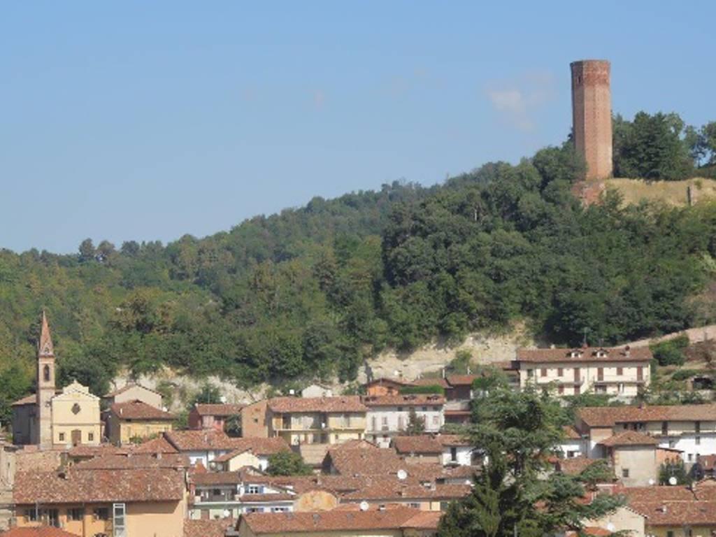 01-veduta-panoramica-della-torre-duecentesca-in-riferimento-al-concentrico