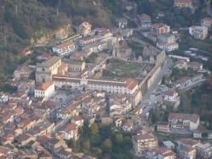 Veduta panoramica del Convento di S. Domenico in Soriano Calabro (VV) di alcuni anni fa con prospetti sulla piazza completi di intonaci