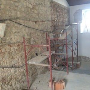 """Particolare lavori di completa """"spicconatura degli intonaci"""" delle pareti interne dello scalone monumentale"""